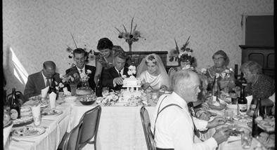 Wedding reception, Papatoetoe, 1961 (Auckland Libraries Heritage Collections 1269-E0148-31)