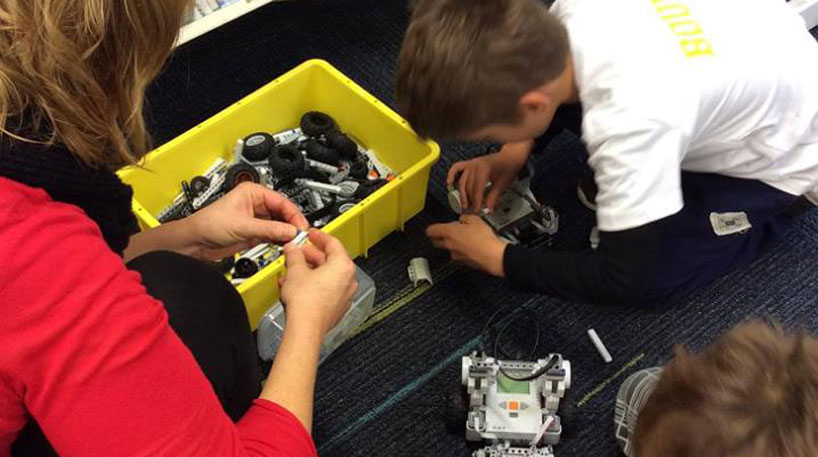 kids racing to build robt from spare parts